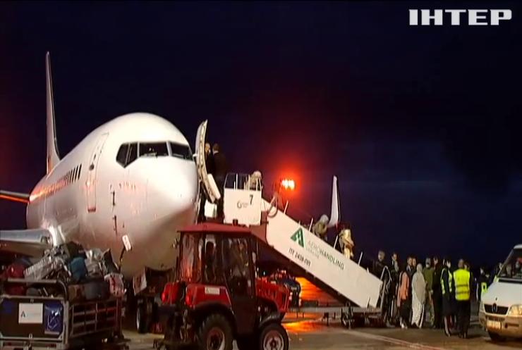 До Києва прибув літак з евакуйованими афганцями