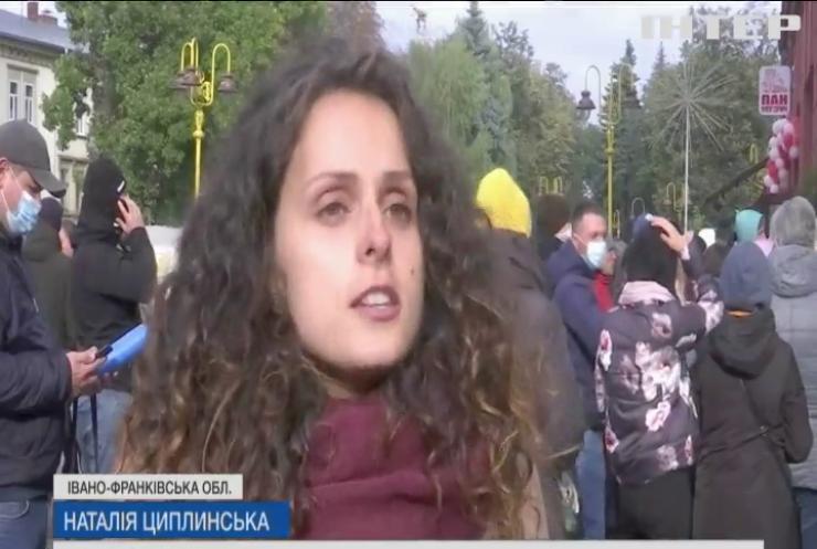 В Івано-Франківську місцеві ночували під стінами ЦНАПу
