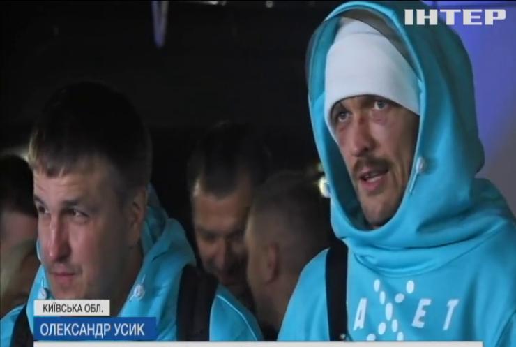 Олександр Усик повернувся в Україну без нагород