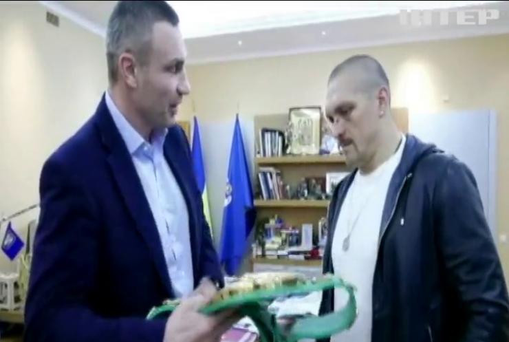 Віталій Кличко подарував Усику пояс за версією WBC