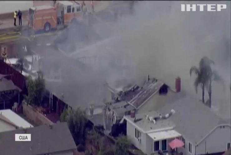 Літак упав на житлові будинки у Каліфорнії