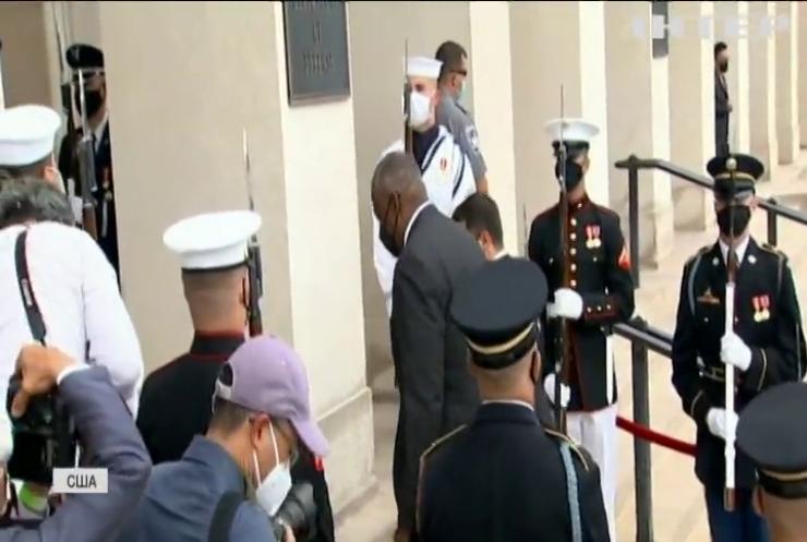 Міністр оборони США відвідає Україну