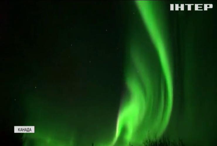 Полярне сяйво з'явилося у небі Канади