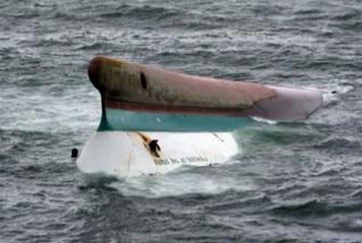 Спасатели ищут пассажиров затонувшего у Филиппин парома
