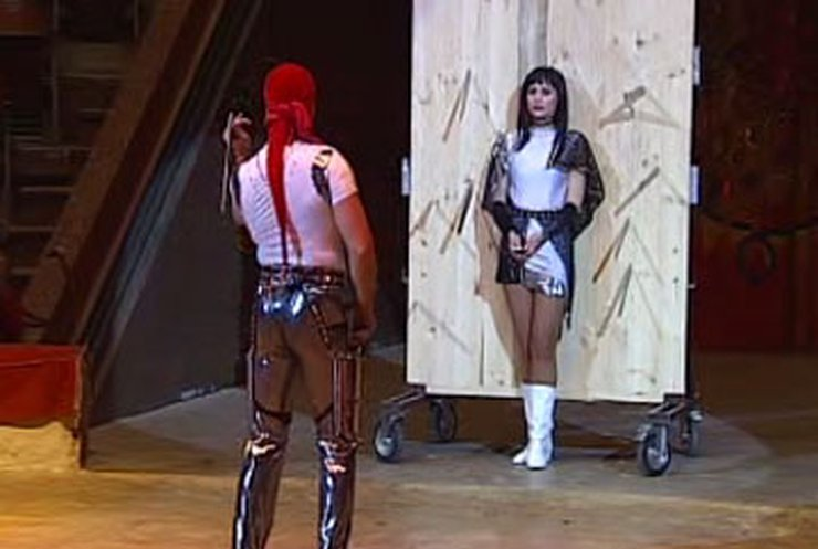Украинский артист цирка установил рекорд метания ножей на скорость