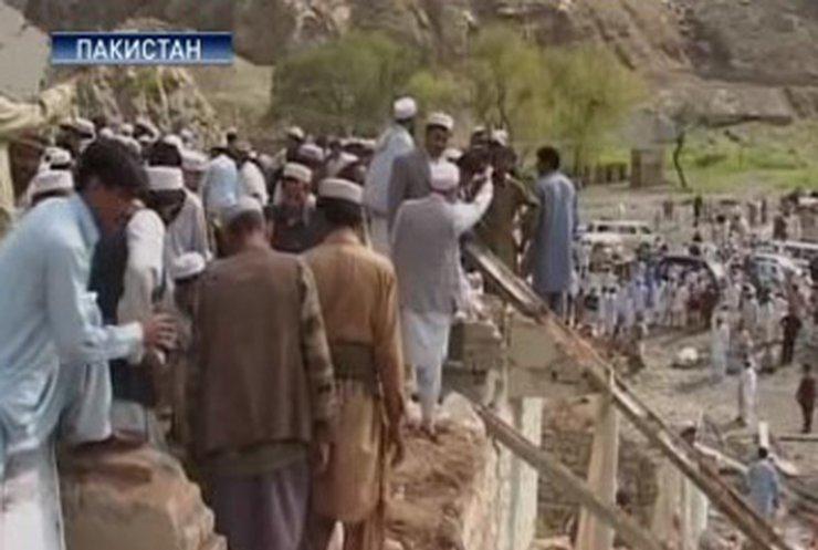 Число жертв взрыва в пакистанской мечети достигло 70 человек