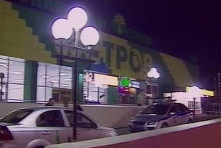 В московском супермаркете пьяный милиционер устроил стрельбу