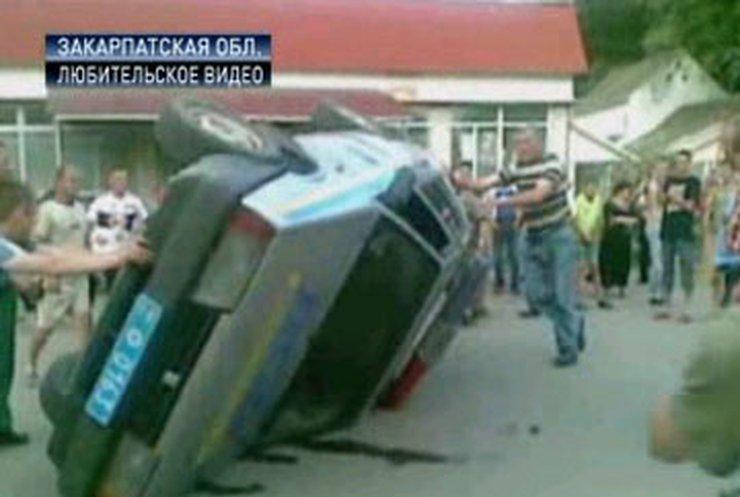 Жители села в Закарпатье перевернули автомобиль ГАИ в знак протеста