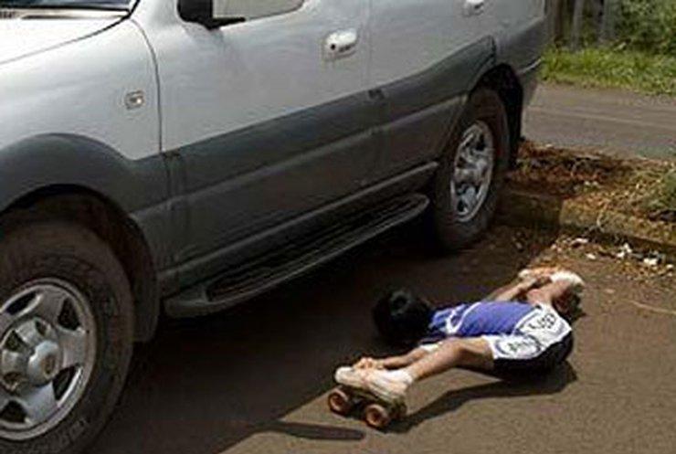 Индийский роллер проехал под тремя автомобилями за 5 секунд