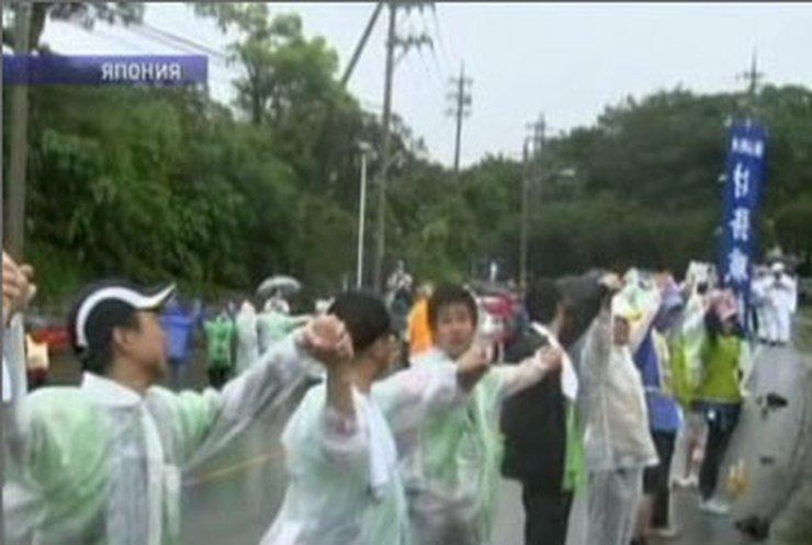 Жители Окинавы оцепили военную базу США
