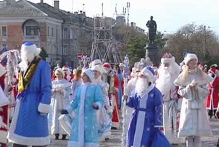 В Крыму деды морозы и снегурочки собрались на рекордный парад