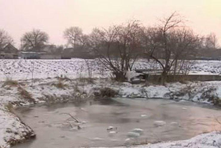 Четверо детей провалились под лед в Запорожской области