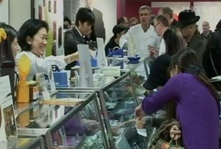 Японцы накануне Дня влюбленных стоят в очередях за шоколадом