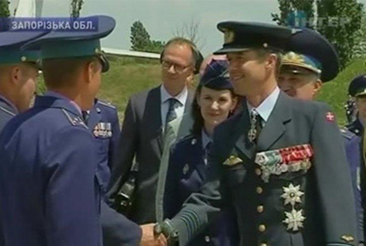 Принц Дании прилетел в Украину, чтобы поблагодарить летчиков