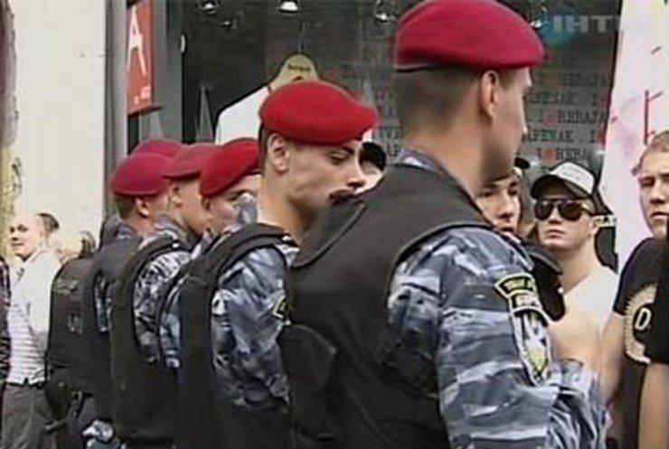 Возле Печерского суда Тимошенко ждут сторонники, оппоненты и милиция