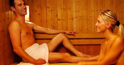 muzh-s-druzyami-ebet-zhenu-v-saune