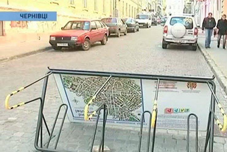 В Черновцах повредили новую велопарковку
