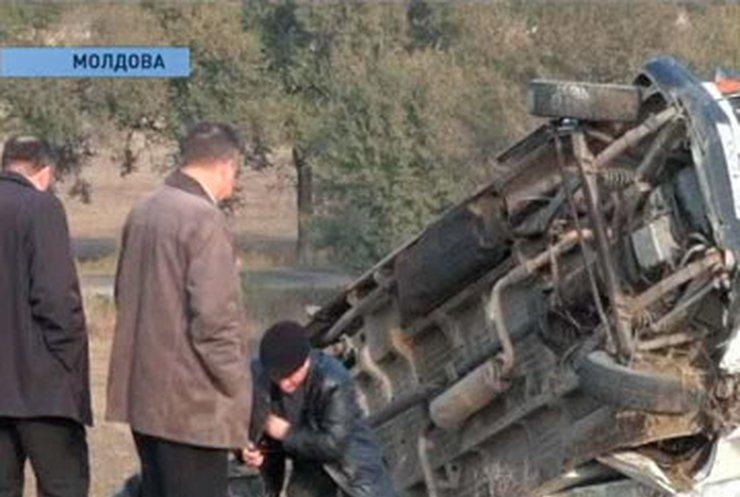 В Молдове маршрутка столкнулась с поездом