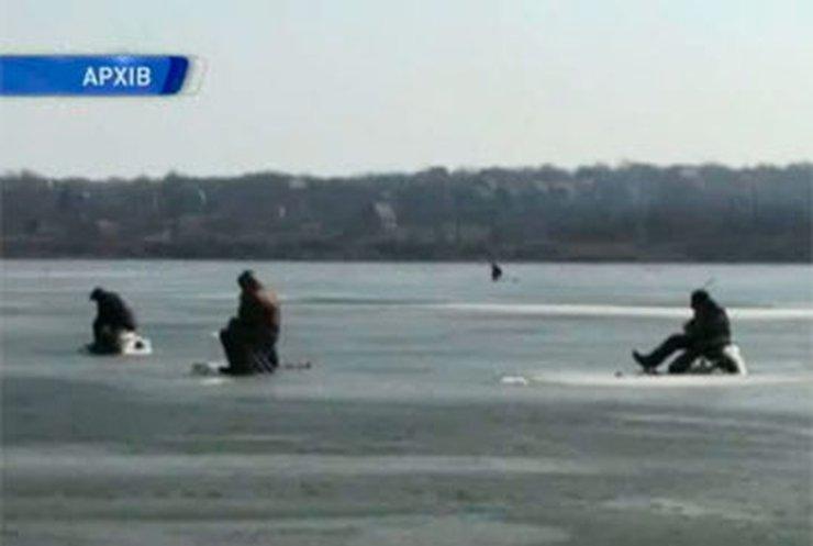 Спасатели сняли тринадцать рыбаков со льдины в Запорожье