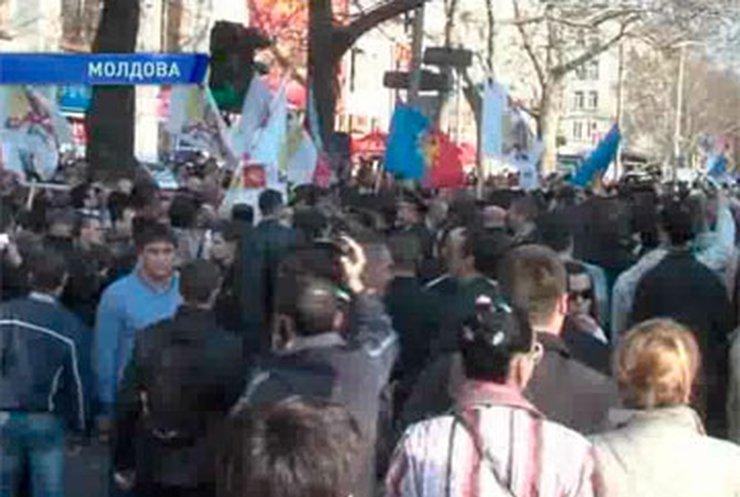 В Кишиневе прошел марш сторонников присоединения к Румынии