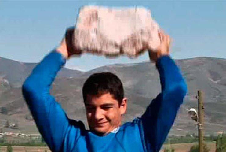 Турецкие борцы проводят тренировки в горах