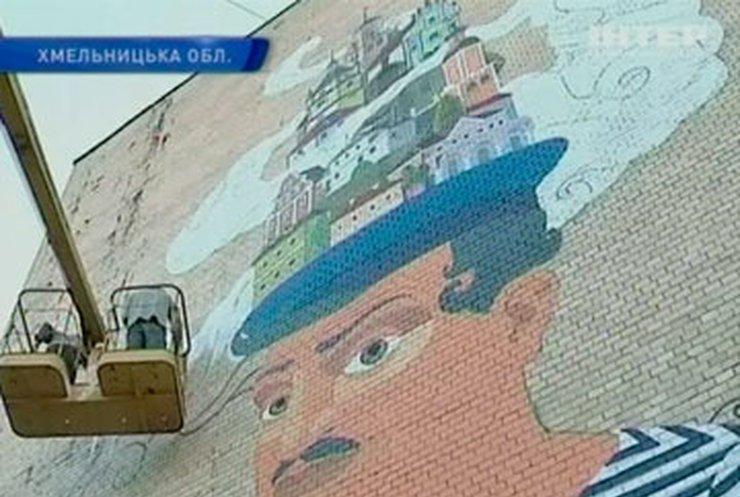 В Каменце-Подольском мастера стрит-арта украшают заброшенные фасады