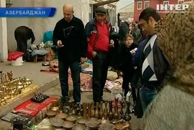 Азербайджанский рынок привлекает постетителей вещами времен СССР