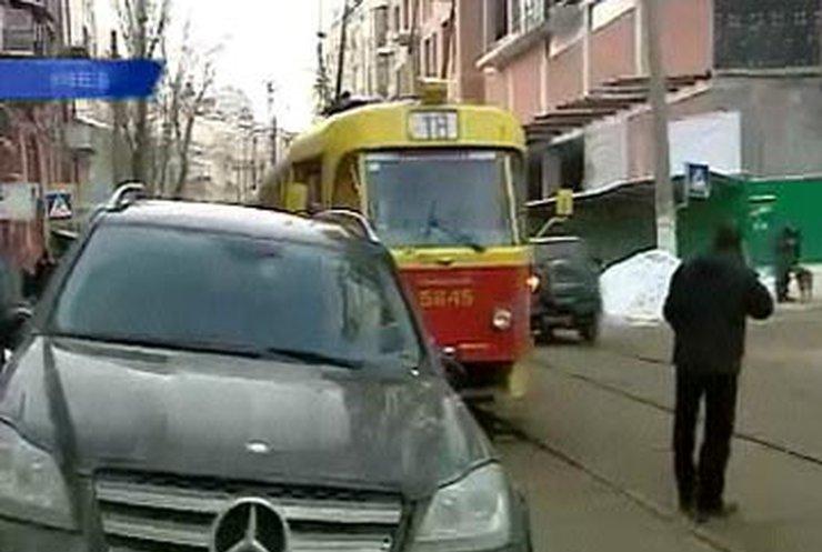 Брошенный на трамвайных путях внедорожник стал причиной пробки