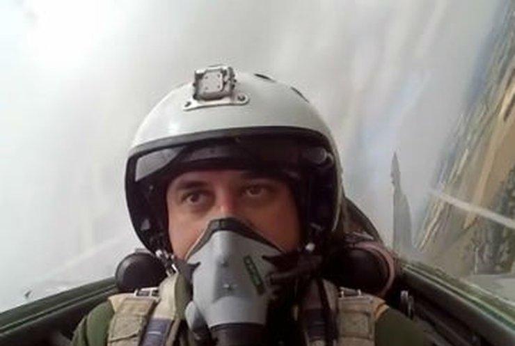 Камера сняла летчика-аса во время полета