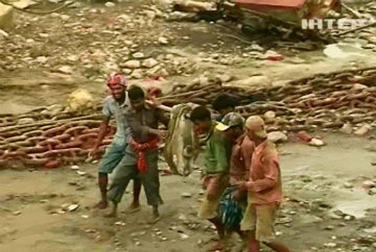Бангладешцы вынуждены, рискуя жизнью, резать корабли на металл за мизерную зарплату