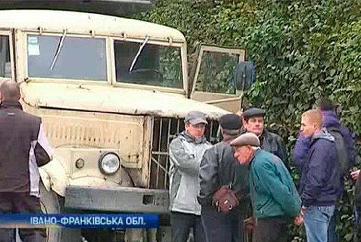 На Прикарпатье более сотни человек в знак протеста перекрыли дорогу