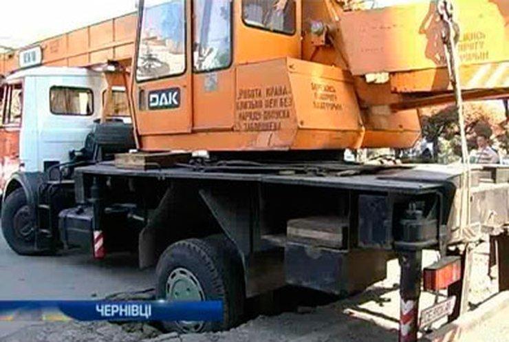 В Черновцах ушел под землю строительный кран