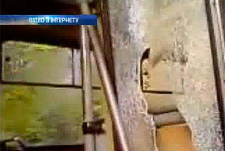 В Черновцах бездомный разбил окна троллейбуса