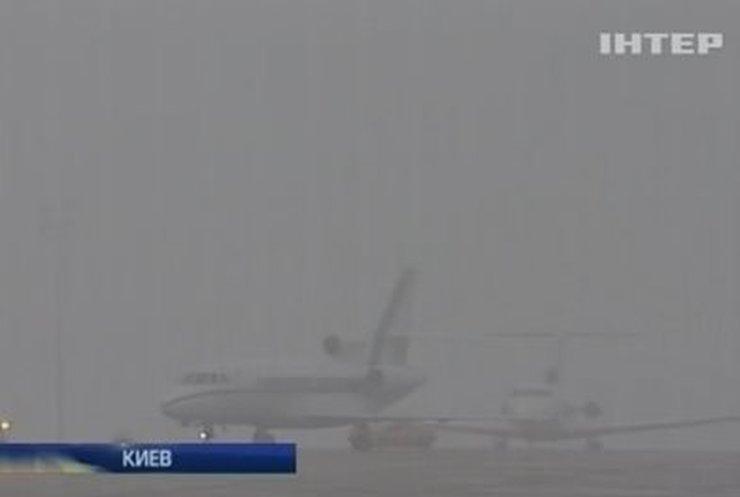 """Сотни пассажиров не могут вылететь из аэропорта """"Жуляны"""" из-за тумана"""