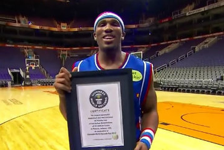 Рекорд дальности: Баскетболист забросил мяч в кольцо с 33 метров