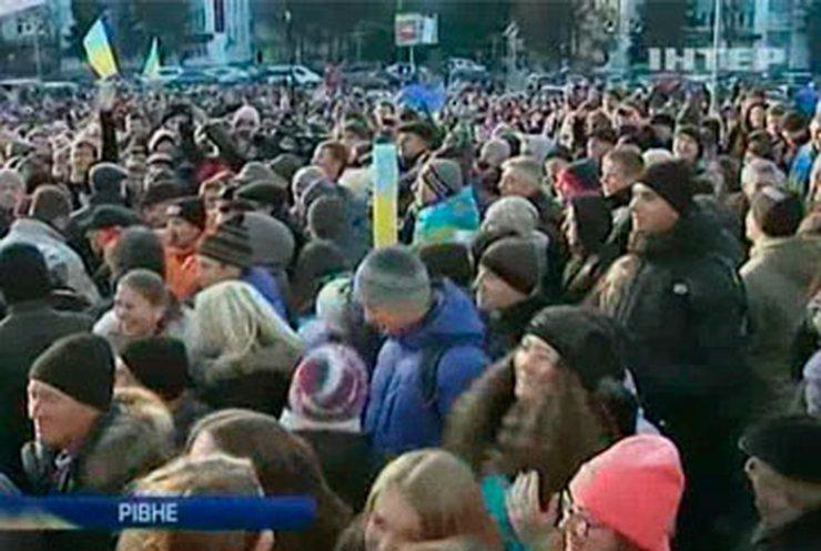 В Ривне тысячи протестующих требуют от чиновников выйти из Партии регионов