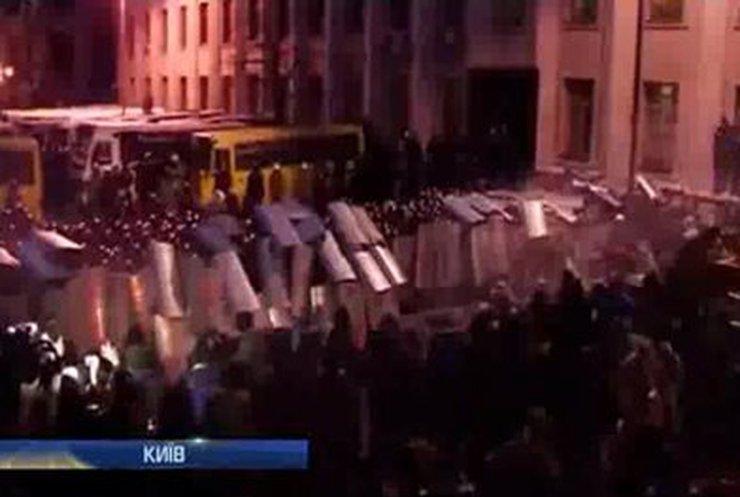ПР и оппозиция заявляют, что стычки возле Администрации президента были спровоцированы