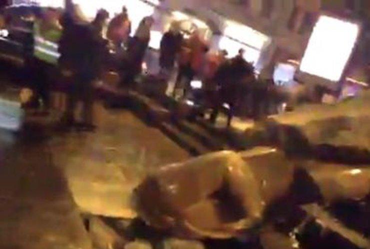В Киеве снесли памятник Ленину (обновлено, добавлено видео)