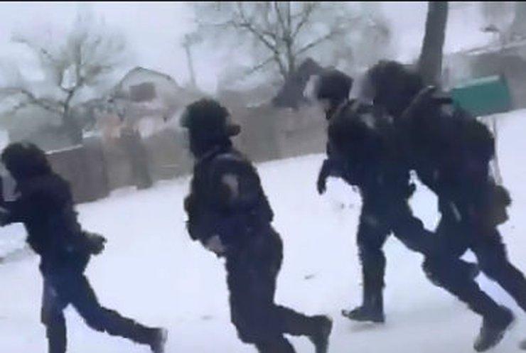 Cпецназ в Василькове прорвал оцепление и едет в Киев