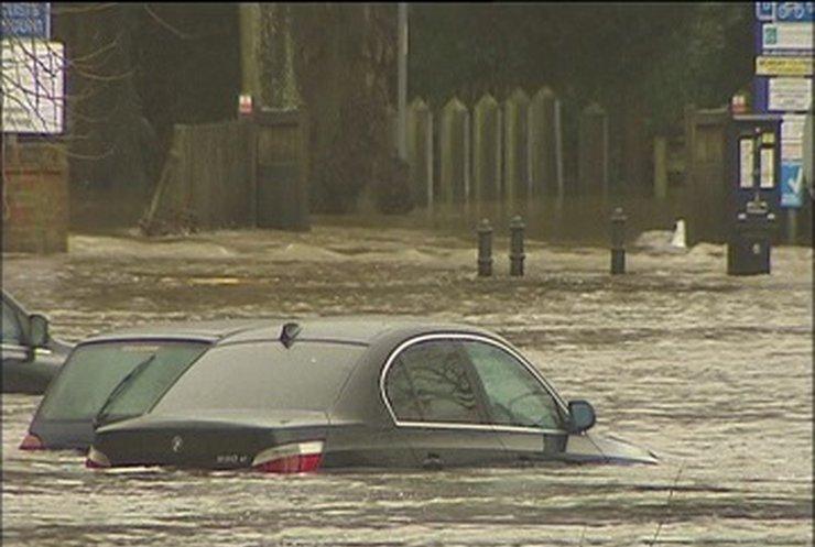 Шторм и наводнение испортили Рождество в Британии