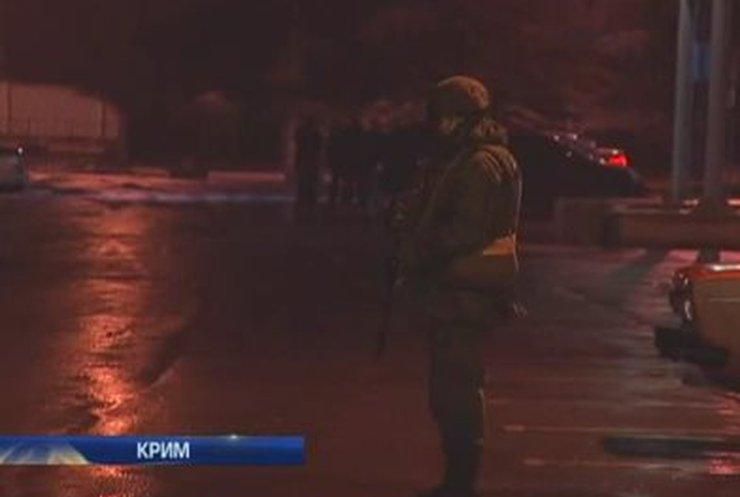Аэропорт Симферополя захватили российские военные