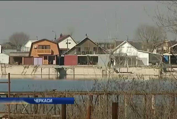 В Черкассах официальный пляж незаконно превратили в дачный поселок
