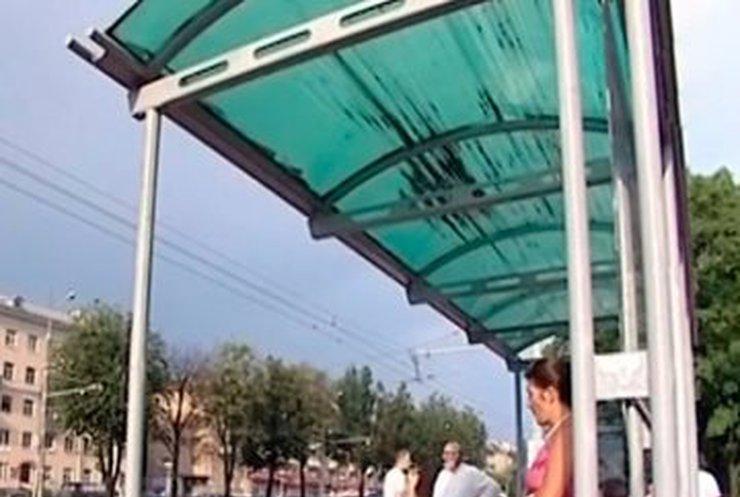 На остановке в Макеевке ранили бабушку с внуком (видео)