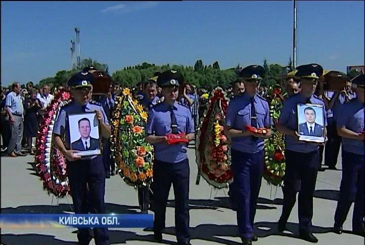 В Борисполь доставили тела трех членов экипажа сбитого АН-30