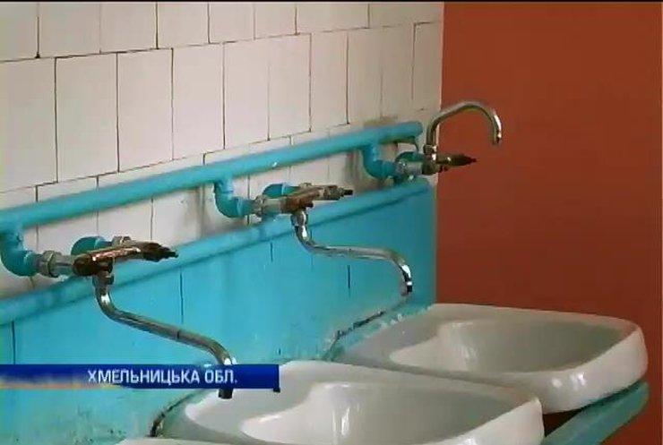 Вихованці інтернатів Хмельниччині потрапили у літній табір без води та медпункту