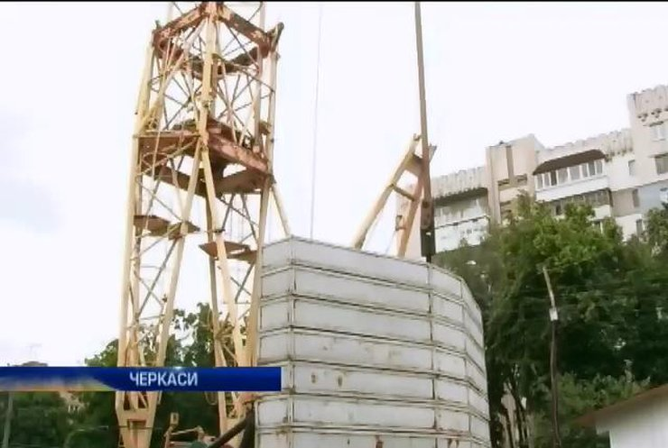 Будівельний кран загрожує падінням мешканцям приватного сектору Черкас (відео)