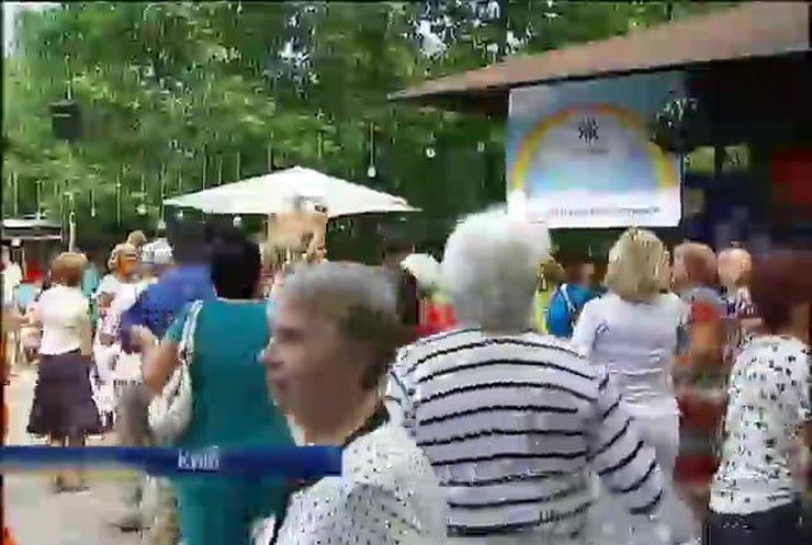 Пенсіонери столиці танцювали під мелодії своєї юності (відео)