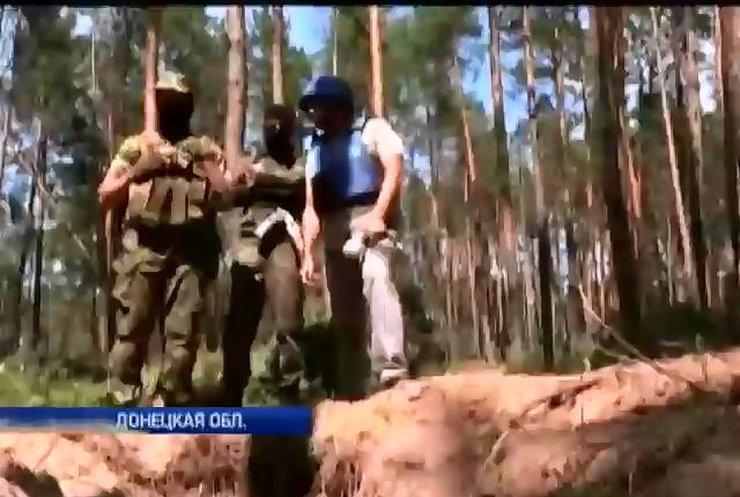 В лесах Славянска нашли шприцы, трамадол и десятки могил безымянных террористов (видео)