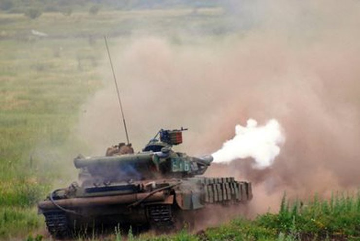 Террористы на танках 3,5 часа обстреливали Нацгвардию в аэропорту Луганска