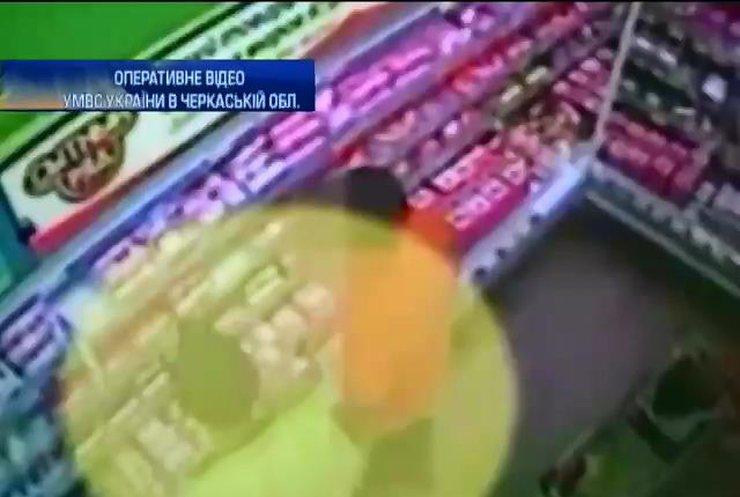 У Черкасах для наркоторгівлі використовували камери схову супермаркету (відео)